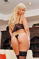 Смотреть анальный секс с красивой блондинкой с пышными формами в чулках #2