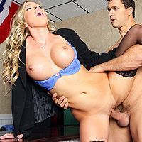 Смотреть красивый секс бизнесмена с сексуальной блондинкой в чулках