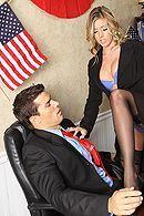 Смотреть красивый секс бизнесмена с сексуальной блондинкой в чулках #4
