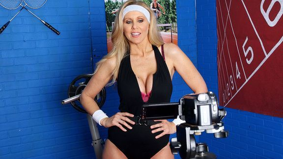 Смотреть порно со зрелой блондинкой в спортзале