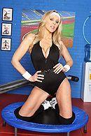Смотреть порно со зрелой блондинкой в спортзале #1