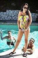 Секс горячей пышногрудой брюнетки в бассейне #4