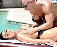 Потрясающий секс лысого со взрослой брюнеткой у бассейна - 1