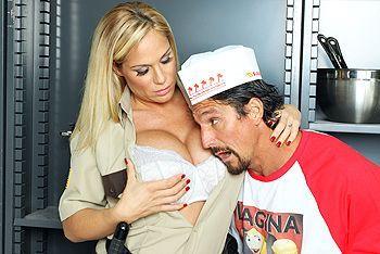 Смотреть страстный секс повара с блондинкой в полицейской униформе на кухне