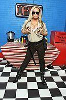 Смотреть страстный секс повара с блондинкой в полицейской униформе на кухне #1