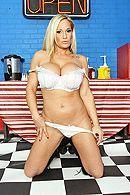 Смотреть страстный секс повара с блондинкой в полицейской униформе на кухне #2