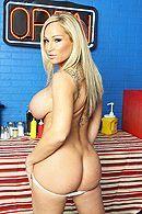 Смотреть страстный секс повара с блондинкой в полицейской униформе на кухне #4