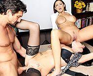 Грудастые лесбиянки в чулках устроили секс втроем на столе босса - 4
