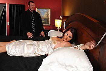 Смотреть дерзкий домашний секс на кровати со взрослой привлекательной чертовкой