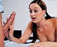 Порно массажиста с милой молоденькой брюнеткой - 1