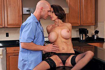 Секс на кухне с худенькой сексуальной мамашей в чулках