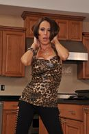 Секс на кухне с худенькой сексуальной мамашей в чулках #1