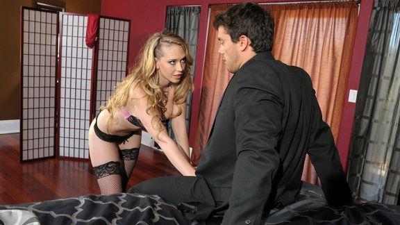 Анальный секс бизнесмена с сексуальной молодой блондинкой в чулках