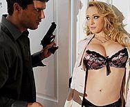 Анальный секс бизнесмена с сексуальной молодой блондинкой в чулках - 1