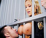 Порно заключенного с сексуальной блондинкой в униформе копа - 1