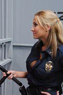 Порно заключенного с сексуальной блондинкой в униформе копа #5