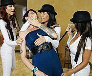 Смотреть групповой секс с тремя очаровательными девушками - 1