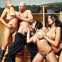 Секс парня с тремя сексуальными студентками в раздевалке
