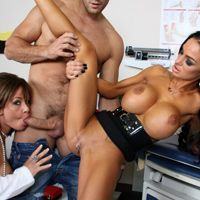 Секс втроем озабоченного доктора с сексуальной медсестрой и пациенткой
