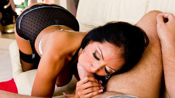 Смотреть красивый секс с шикарной брюнеткой в чулках
