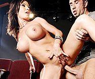 Горячий секс с сексуальной актрисой в театре - 3