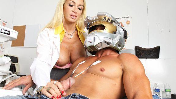 Страстный секс медсестры с пышногрудой блондинкой медсестрой