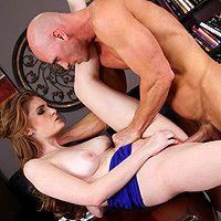 Безумный секс с молодой девушкой со стройной фигурой на столе