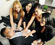 Смотреть горячий групповой секс босса со стройными сексуальными шлюхами секретаршами в офисе - 1