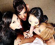 Смотреть горячий групповой секс босса со стройными сексуальными шлюхами секретаршами в офисе - 2