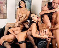 Смотреть горячий групповой секс босса со стройными сексуальными шлюхами секретаршами в офисе - 3