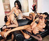 Смотреть горячий групповой секс босса со стройными сексуальными шлюхами секретаршами в офисе - 5