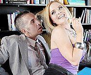 Красивое порно бизнесмена с сексуальной блондинкой в очках - 1