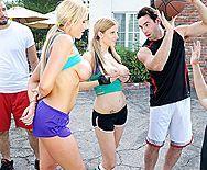 Порно баскетболиста с молоденькими блондинками на улице - 1