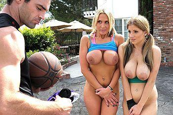 Порно баскетболиста с молоденькими блондинками на улице