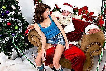Красивая молоденькая девочка брюнетка трахается в пизду с Сантой