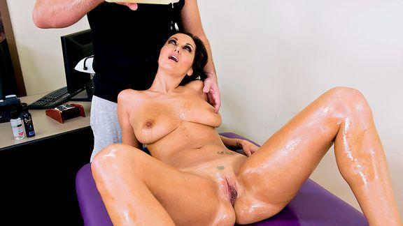 Горячей секс массажиста со взрослой барышней с обвисшими сиськами