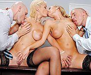 Смотреть групповой секс в офисе с горячими блондинками в чулках - 1
