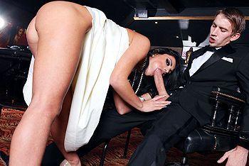 Страстный секс с красивой брюнеткой с огромными сиськами в отеле