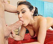 Жаркий секс массажиста с очаровательной брюнеткой с натуральными сиськами - 2