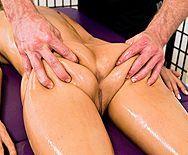 Смотреть нежный секс массажиста с тощей блондинкой - 1