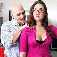 Порно лысого босса со строгой красоткой в офисе