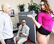 Порно лысого босса со строгой красоткой в офисе - 1