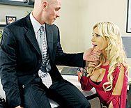 Стройная секретарша с красивыми сиськами занимается сексом с боссом - 1
