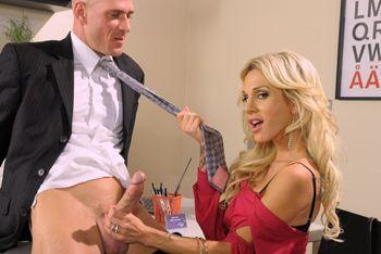 Стройная секретарша с красивыми сиськами занимается сексом с боссом