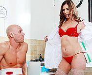 Порно развратной докторши с накаченным пациентом - 1