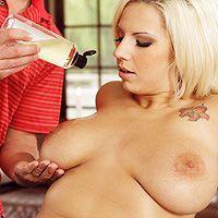 Смотреть нежный секс массажиста с блондинкой с татуировками