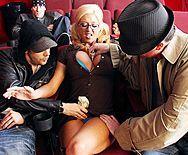 Секс мужика с молоденькой студенткой в кинотеатре - 1