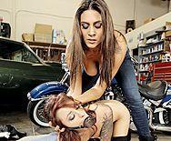 Красивый трах зрелых лесбиянок с татуировками и секс игрушками - 1