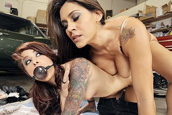 Красивый трах зрелых лесбиянок с татуировками и секс игрушками
