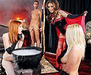Порно сексуальной татуированной ведьмочки в униформе с другом - 1